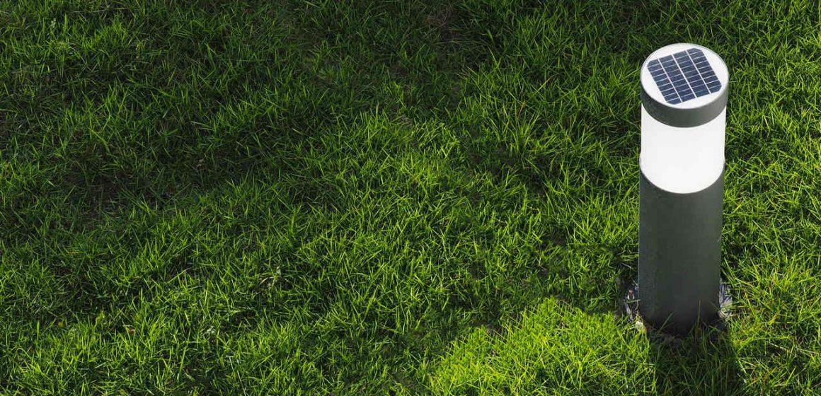 slampa solarna w ogrodzie