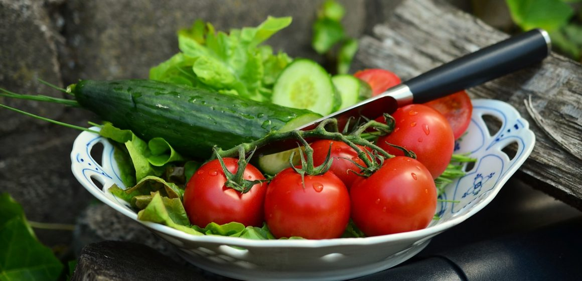 pomidorki koktajlowe na talerzy z sałatą
