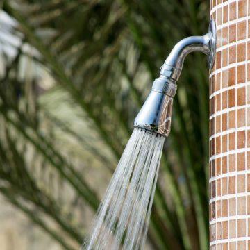 Jak zamontować ogrodowy prysznic?