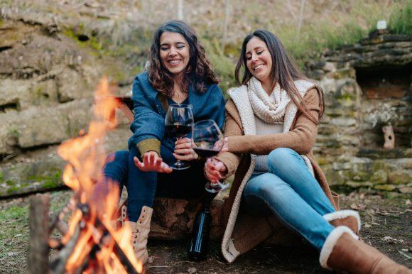 dwie kobiety przy ognisku